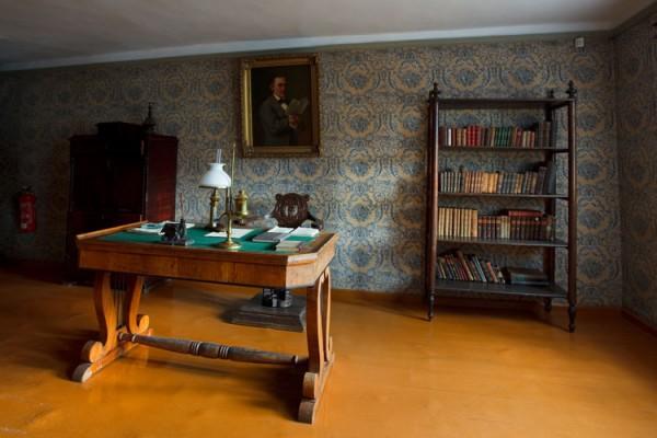 Elumaja interjöö-ekspositsioon :: 19. sajandi keskel väikelinnas Võrus elanud arsti ja kirjamehe elu–olu tutvustav väjapanek